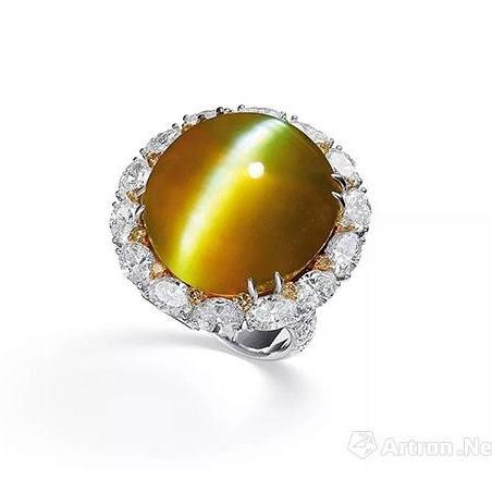 Lot 1074 54.27克拉天然蜜糖色金绿宝石猫眼配钻石戒指