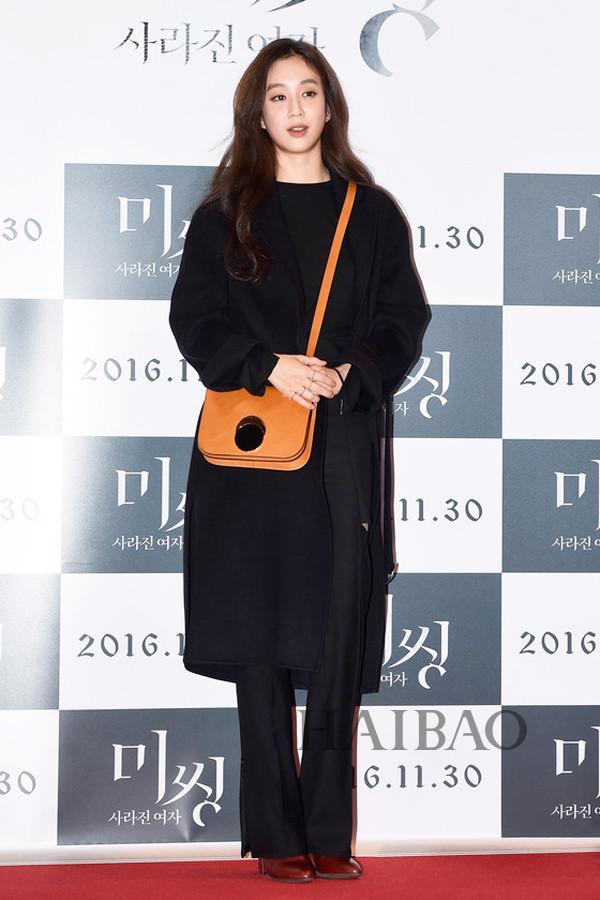 郑丽媛垮玛尼(Marni) 包包现身电影《Missing:消失的女人》的VIP试映式